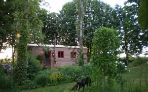 Zirkuswagen im schönen Garten.