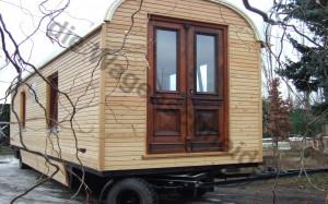 Ansicht des Giebls im neuen Zirkuswagen mit alter Tür.