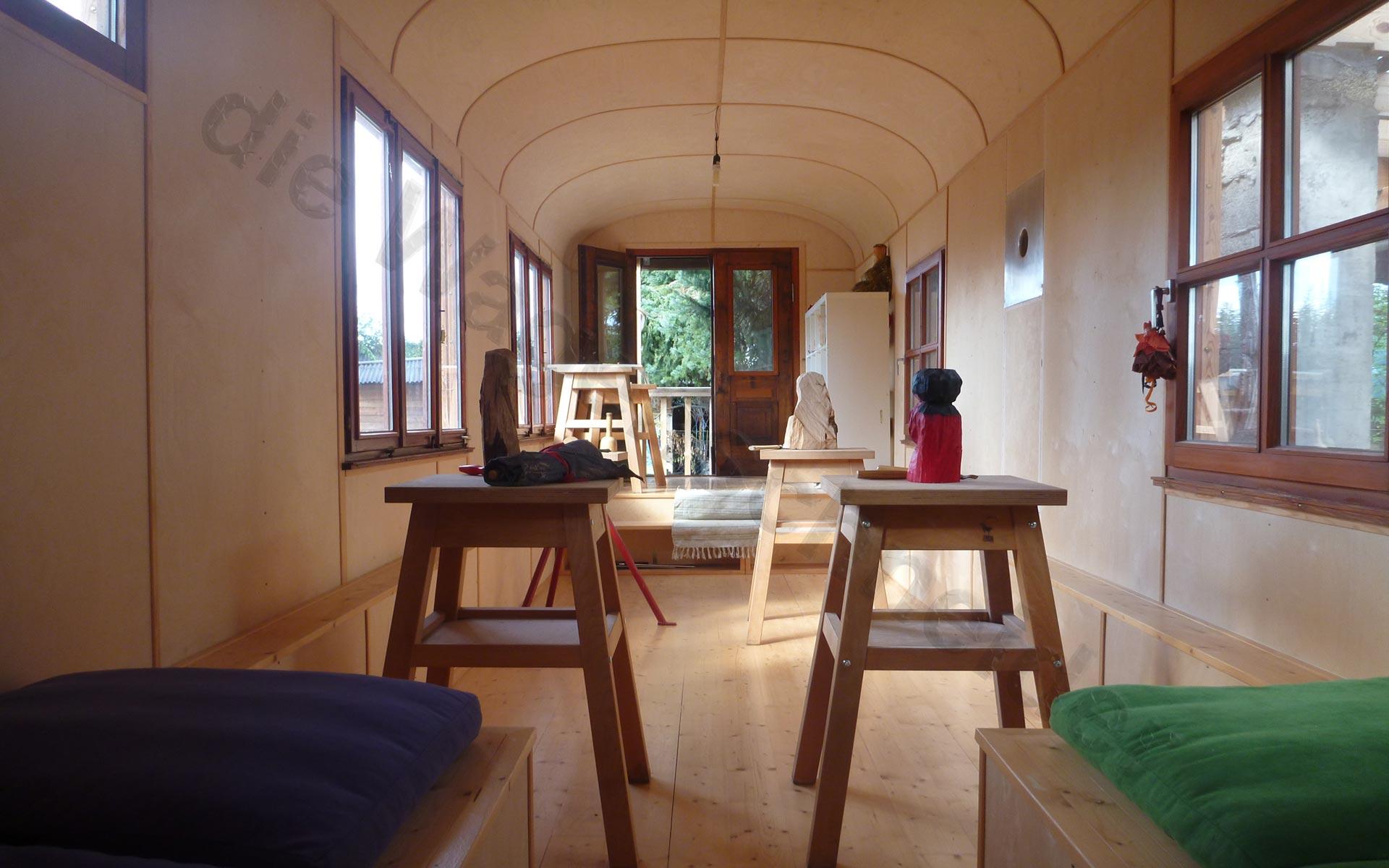 blick entlang der l ngsachse durch den zirkuswagen hinaus. Black Bedroom Furniture Sets. Home Design Ideas