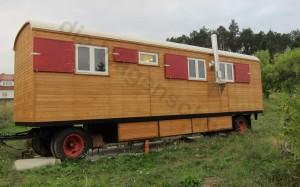 Der Bauwagen mit geöffneten Fensterläden.