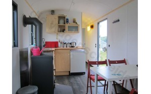 Im Bauwagen steht eine kleine funktionale Küche.