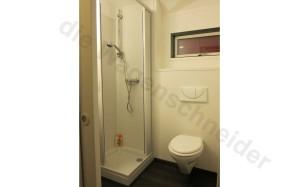 Das Bad im Bauwagen mit Dusche und WC.