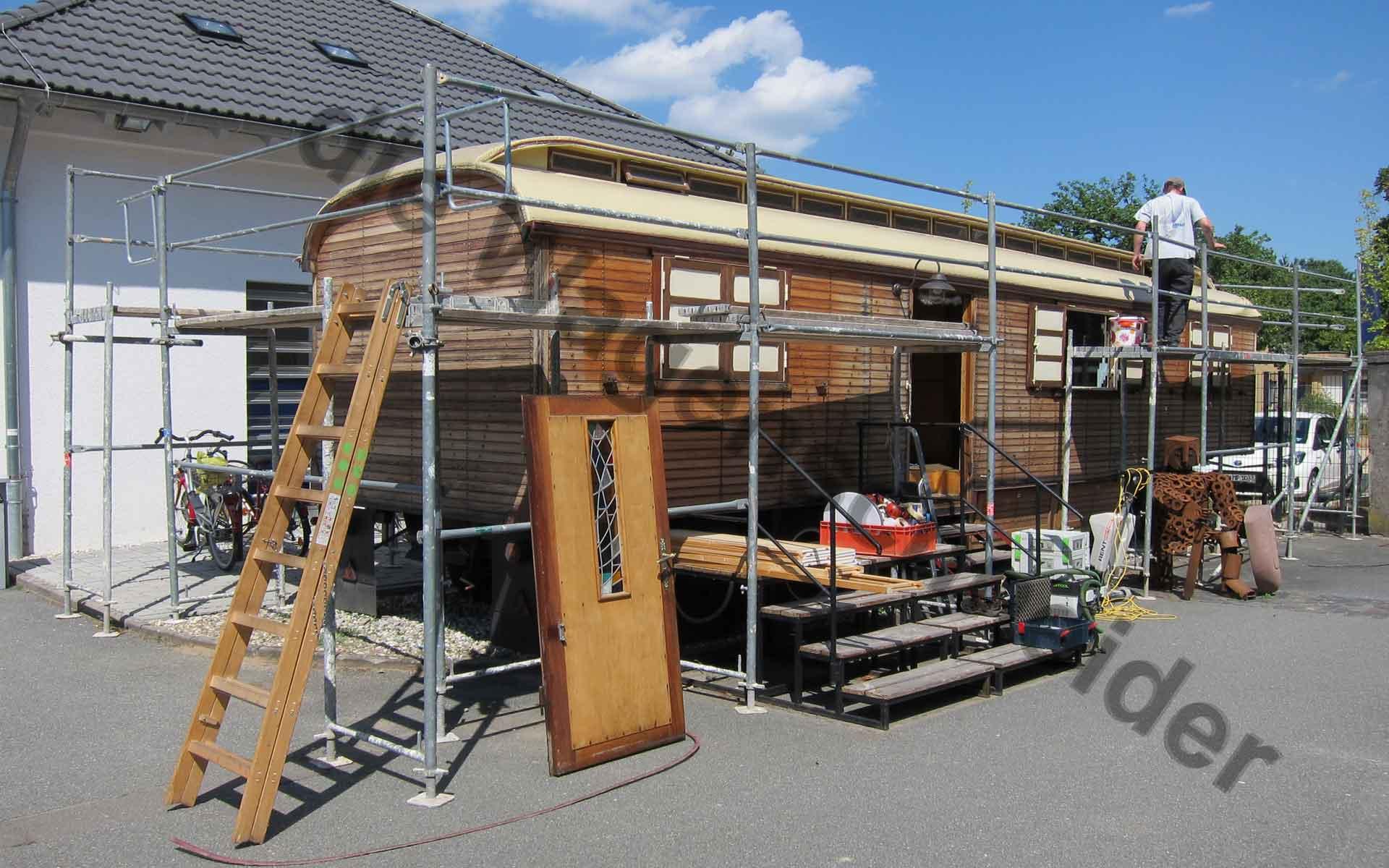 Für Dacharbeiten eingerüsteter Oberlichtwagen.