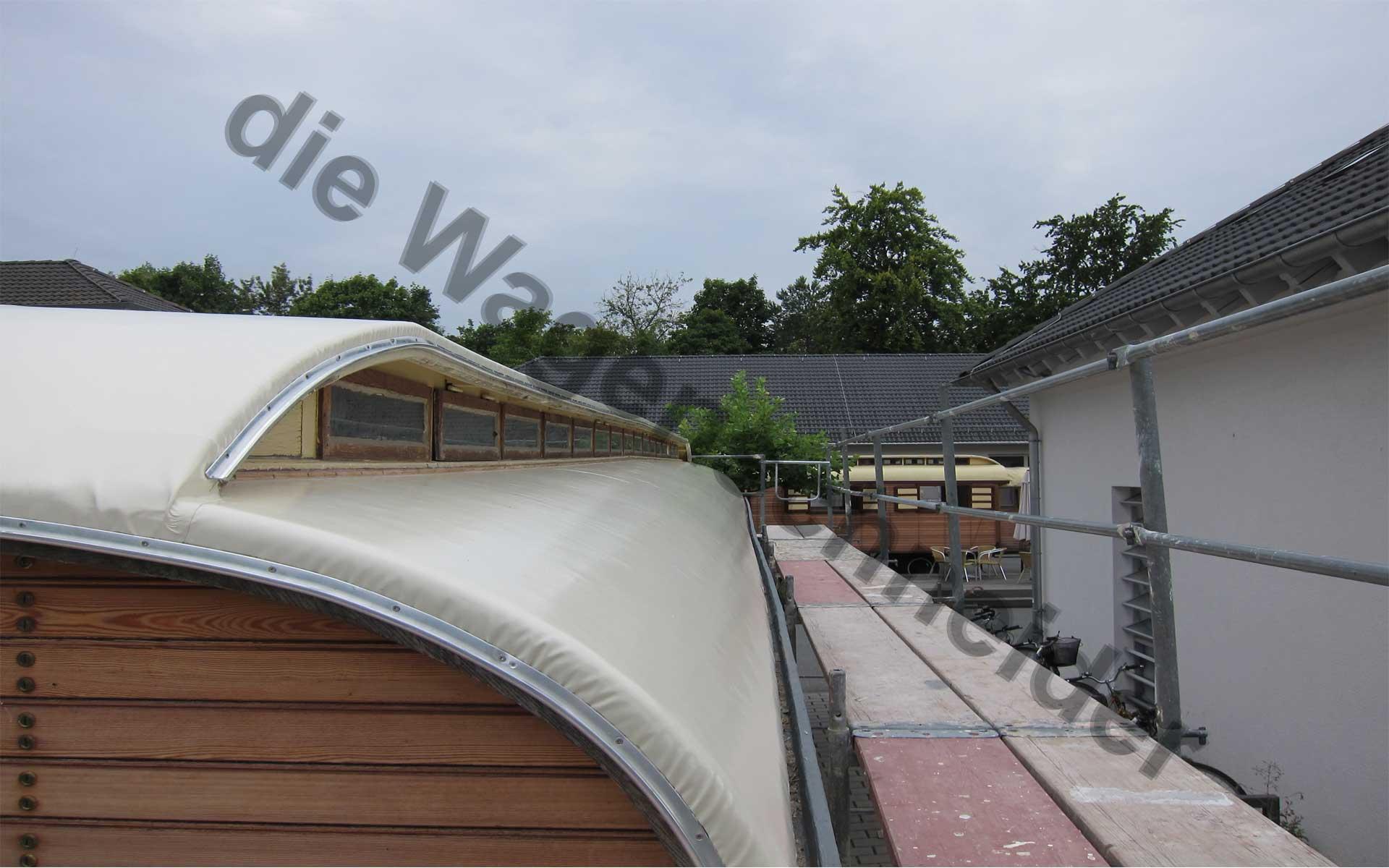 Folienübergang des Oberlichtes sowie angebrachte Dachabschlüsse.