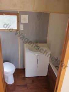 WC, Waschbecken kleines Fenster und Lüfter.