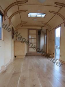 Durch die Tür im Heck betritt man den großen Raum mit Blick auf die Miniküche.