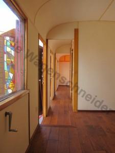 Blick aus dem Schlafzimmmer durch den kleinen Flur in die Küche.