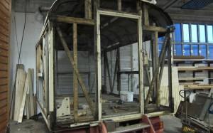 Die alten Lärchenholzschindeln wurden entfern und gibt den Blick auf das Ständerwerk frei.