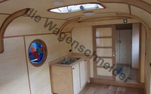 Rundes Bleiglasfenster neben der Küche, Schiebtür und Dachfenster.