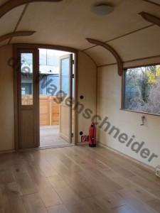 Blick durch die zweiflügelige Tür auf die Terrasse.