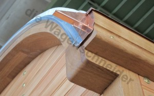 Neuer Dachabschlußbogen, oberes Rähm und Dachrinne aus Kupfer.