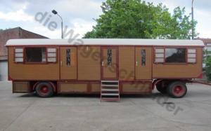 Alter Schindelwagen mit drei geschlossenen Bleiglastüren im Zirkuswagen..