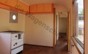 Blick durch die großzügige Küche Richtung Schlafzimmer. Küchenofen und Wanddurchführung..