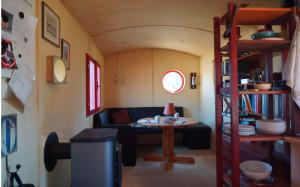 Im Inneren bietet unsere Mobilheim durch eine überlegte Anordnung der Innenausbauten immer noch ausreichend Platz. Bei kalten Tagen sorgt der Kaminofen für reichlich Wärme.