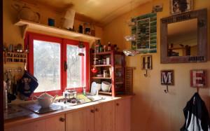 Die kleine Küchenzeile bietet alles was zum Leben im Mobilheim benötigt wird. Gaskochfeld, Spülbecken und eine Wasserversorgung durch Kanister mit Handpumpe.