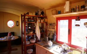 Die angedeutete Abtrennung von Küche und Wohnen lässt sich im Mobilheim prima durch offenen Regale realisieren. So bleibt das Raumgefühl erhalten.