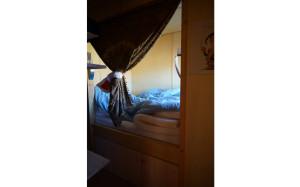 Die Schlafkoje bietet reichlich Platz für zwei Personen. Unter dem Bett befinden sich noch reichlich Stauraum.