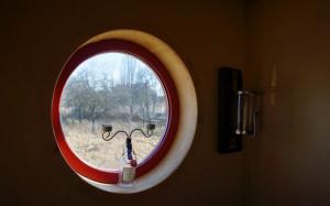 Mit einem Blick durch das Rundfenster ist das Leben im Mobilheim noch exotischer.