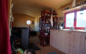 Das Mobilheim bietet reichlich Platz für ein gut sortiertes Leben.